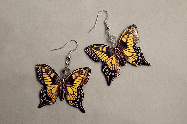 Earrings made of leather, pictures of butterflies and pearls. http://www.minka.fi/elaimet-hyonteiset-perhoset-helmilla-c-36_87_89_112.html