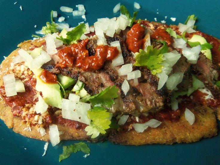 Huaraches son hacer bistec y tortillas gordas. Los miran muy delicioso.