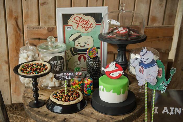 Mesa do bolo da festa dos caça fantasma