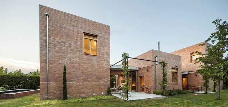 Το στούντιο H Arquitectes σχεδίασε αυτό το σπίτι σε ένα προάστιο της Βαρκελώνης στην Ισπανία. Ένα από τα κύρια χαρακτηριστικά του είναι ο κήπος που χάρη στον σχεδιασμό της κατοικίας είναι σαν να την διαπερνά και το ένα να γίνεται μέρος του άλλου...