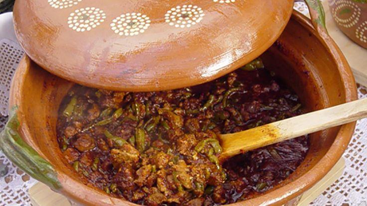 Hace algunos años asistí a un congreso gastronómico en la ciudad de Puebla, México y quedé fascinada con la versatilidad que le dan las cocineras mexicanas a las ollas de barro.