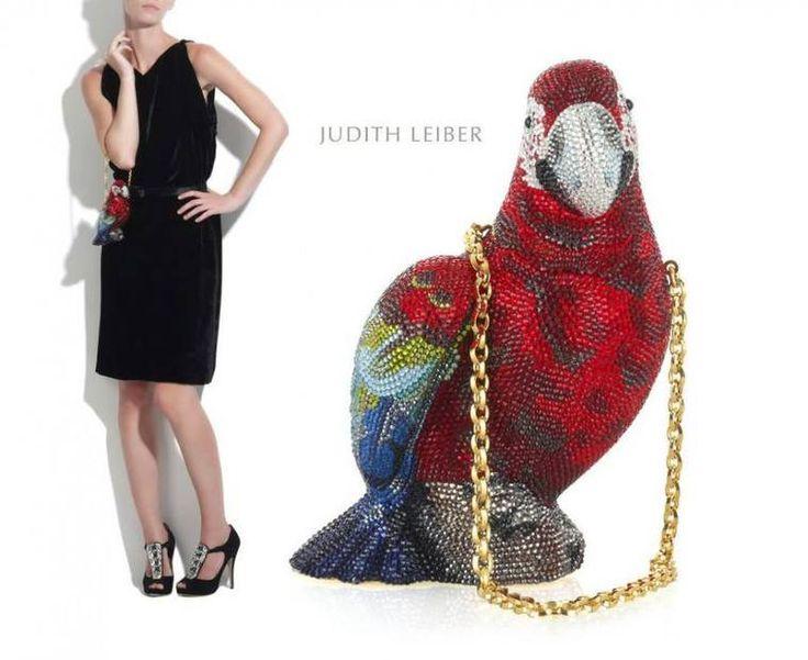 Джудит Либер (урожденная Пето) уже многие годы признана лучшим из лучших дизайнеров сумок. Во время второй мировой войны ее еврейская семья бежала из родного Будапешта в Швейцарию, где у отца Джудит Пето был дом. После войны семья вернулась в Венгрию. Джудит стала первой женщиной, вошедшей в венгерскую гильдию дизайнеров. В 1963 году открылся ее первый бутик сумок. Джудит Либер — лау…