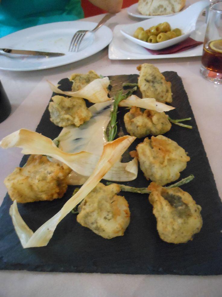 鱈のフリッター/Buñuelos de bacalao。スペイン全国どこでも食べられる鱈料理の代表。だけどおいしいものに出会うにはそれなりのレストランを選んでくださいね。写真はToledoのレストランにて。写真の一皿で13ユーロほど。