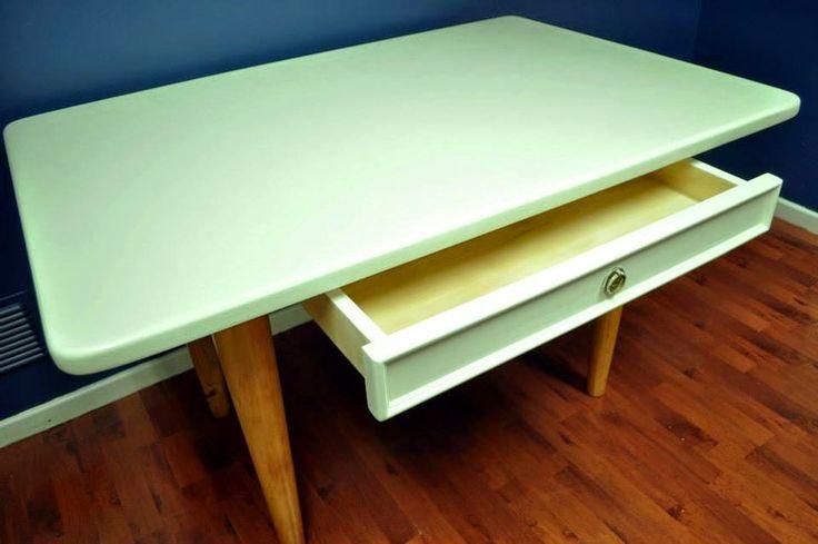 Mesa con cajón, soportes de pino finger vitrificado, cubierta y cajón terciado multiuso.