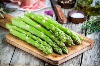 Gli asparagi appartengono ai prodotti di stagione che la primavera ci offre. Non a tutti piacciono per via del loro sapore amaragnolo, ma se accostati ai giusti ingredienti possono dare vita a delle p