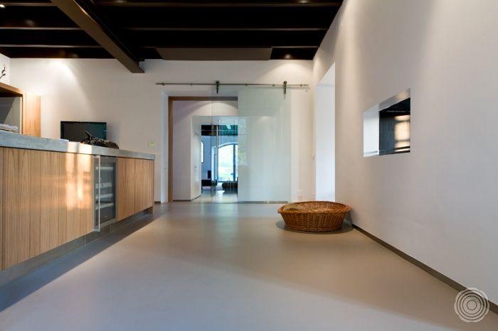 Verbindend. De architect koos voor de verbindende kracht van een Sensovloer. In alle ruimtes van het woonhuis loopt de vloer door. Van keuken naar woonkamer, van slaapkamer tot in de badkamer.