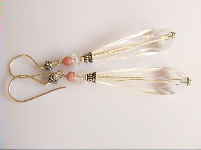 Oorbellen Crystal Clear lange pegel facet bergkristal met een rhodoniet kraaltje en oorhaken met gedraaide spacer. geheel zilver. www.doloressieraden.nl