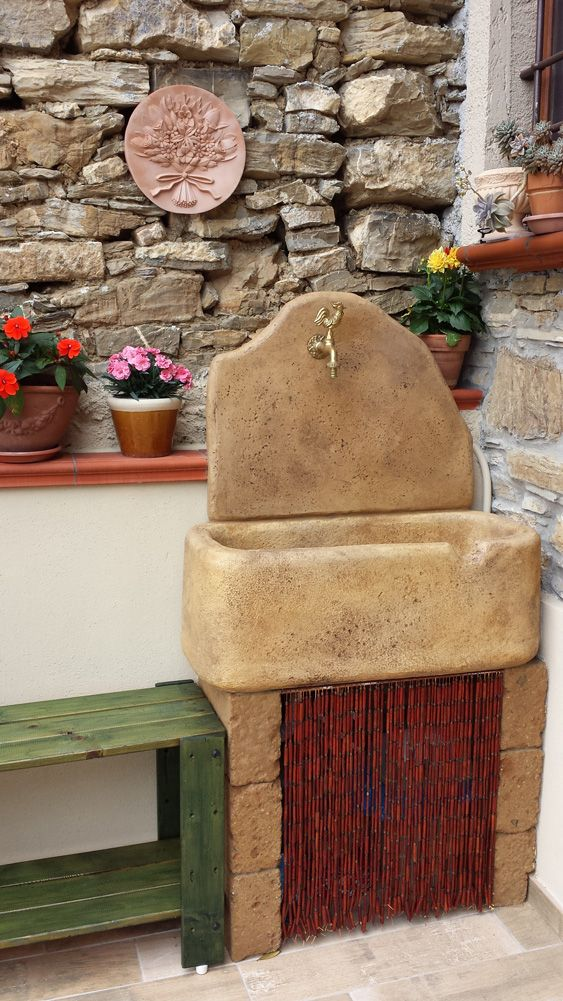 Fontana a muro modello: Brunico, colore old stone, località: Stellanello (Savona)