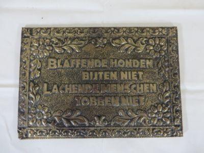 """Wandbordje met de tekst: """"Blaffende honden bijten niet, lachende menschen tobben niet"""". Afmeting: L 17cm, b 26cm."""
