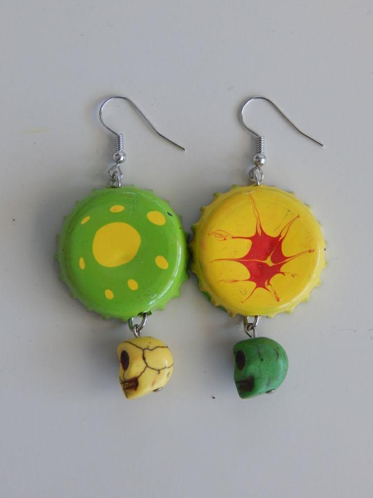 (99) σκουλαρίκια καπάκια βαμμένα σε χρώματα πράσινο, κίτρινο και κόκκινο με νεκροκεφαλές που κρέμονται