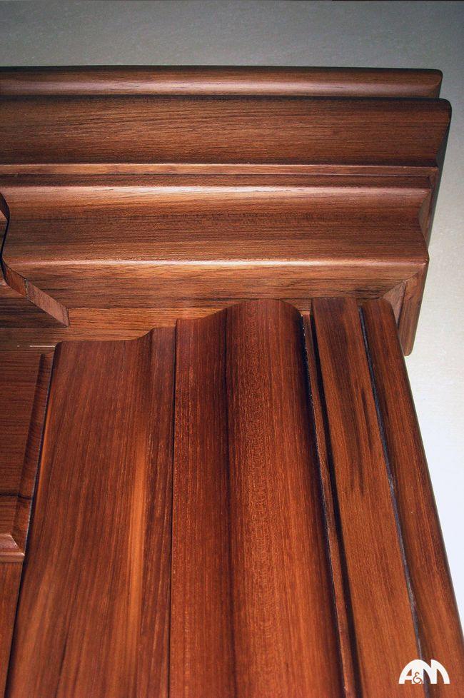Particolare di una porta in legno realizzata in falegnameria a Roma. www.arrediemobili.com