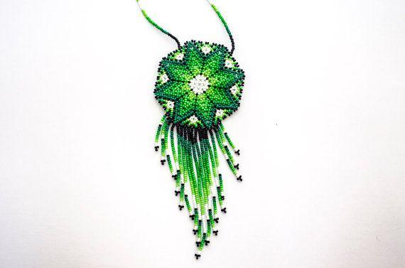 Hechos a mano nativo Peyote mexicano mandala Huichol collar de perlas. Este collar se hizo con la técnica de Aikutzi que ha pasado a través de generaciones y se originó en las tierras altas del centro de México. En la lengua Huichol la palabra Aikutzi significa la bendición de la diosa.  El collar cuenta con el cactus de Peyote, que es el símbolo de vida y éxito en el tradicional arte Huichol.  Para los Huicholes y otras tribus americanas nativas, joyería de cuentas es no sólo un arte…