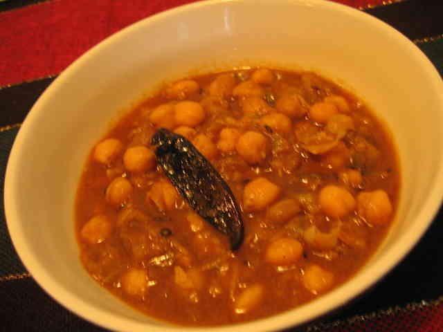ひよこ豆のインドカレー :チョラChola 北インドでもパンジャビ地方代表のカレー、我が家のは超スパイシー編!珍しくターメリックを使わないこのカレー。バトゥーラという揚げパンと対でサーブが現地の基本!プーリーでもGood!ご飯&チョラのコンビはお弁当の代表メニューの1つ ぐりぃ    材料 (2-3人分) ひよこ豆(水煮缶) 1缶 玉ねぎ 大玉半分 グリーンチリ 2本 生姜 大さじ1 にんにく 3カケ 塩 適量 油 大さじ5-7 #ガラムマサラ スプーン1 #クミンパウダー スプーン1~1.5 #コリアンダーパウダー スプーン2 #レッドチリパウダー スプーン1 ※クミンシード 小さじ1 ※レッドチリ 1-2本 ※クローブ 3-4個 作り方 1 ひよこ豆は開封後水で洗っておく玉ねぎは大きめのみじん切り、その他は普通にみじん切りにし、これもトマトとジャガイモのカレーの要領でルーを作る。ホールスパイス※と、パウダースパイス#+塩。油は好みですが是非大さじ7で!! 2  写真がルーの感じ。…