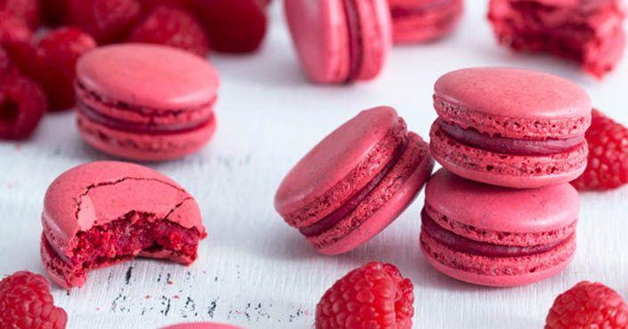 Recept na malinové makarónky - sladké pokušenie vo vášnivo červenej farbe, ktoré si zamilujete! Makrónky, maliny, biela čokoláda, mandľová múka