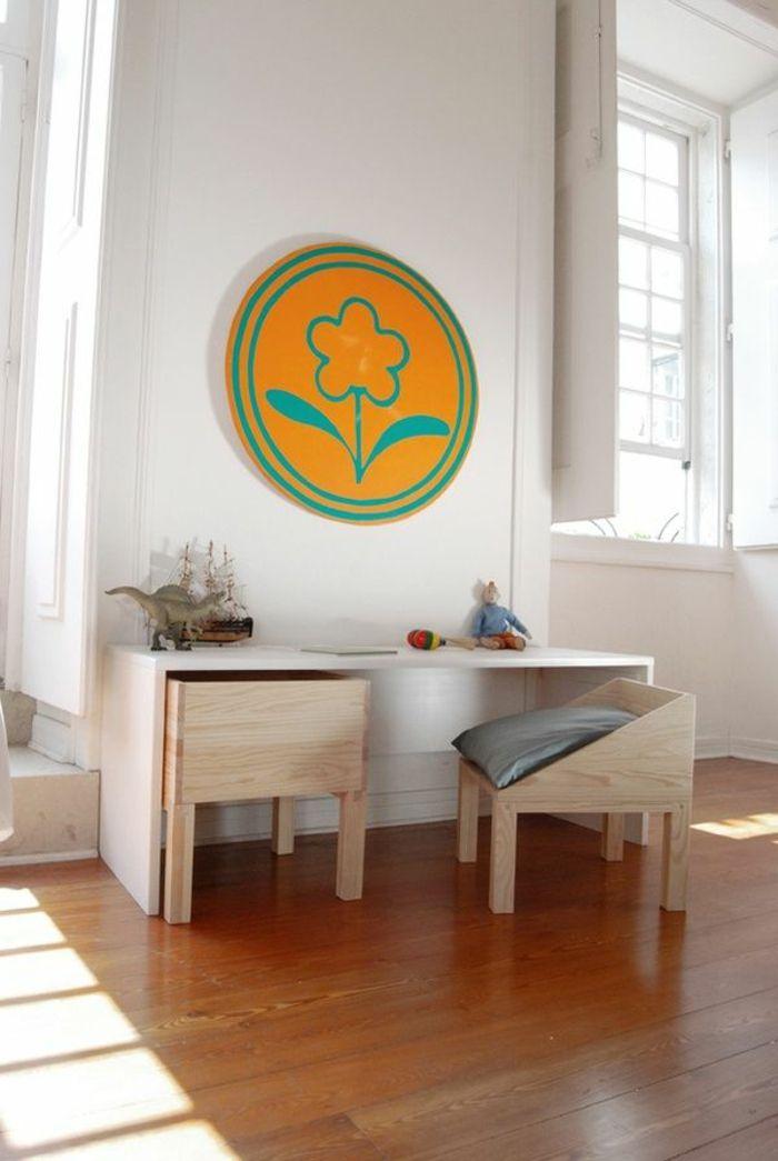 fauteuil bureau ergonomique, chaise en bois clair, décoration murale en forme de fleur