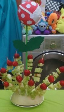 Planta carnívora Mario Bros, brochetas de frutas, frutilla (flor), melón (tallo).