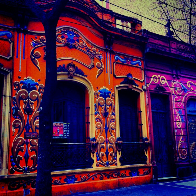 """Frente de casa con la tecnica del """"""""FILETE PORTEÑO"""""""" en la calle Jean Jaure y pasaje Zelaya, barrio de Abasto, Buenos Aires, Argentina."""