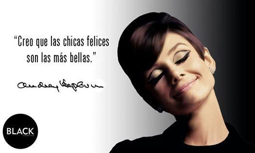 """""""Creo que las chicas felices son las más bellas."""" Audrey Hepburn  #citascélebres #AudreyHepburn"""