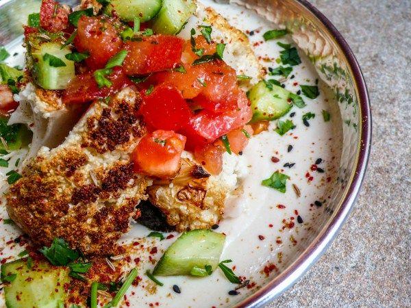 Helstekt blomkål med tahiniyoghurt og hakket salat (4 of 4)