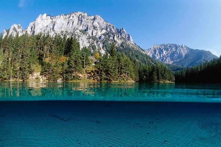 """Grüner See, Österreich Den Grünen See in der Gemeinde Tragöß in der Steiermark speisen ausschließlich Schmelzwasser aus dem """"steirischen Gamsgebirge"""", dem Hochschwab, an dessen Südflanke er liegt. Wasserstand und Größe variieren je nach Jahreszeit stark, doch immer lassen die smaragdgrün schimmernde Färbung und das außergewöhnlich klare Wasser staunen. Auf der lässigen Rundwanderung blickt man weit durchs Wasser auf den blitzblanken Seegrund und kann den Fischen beim Flüchten zusehen."""