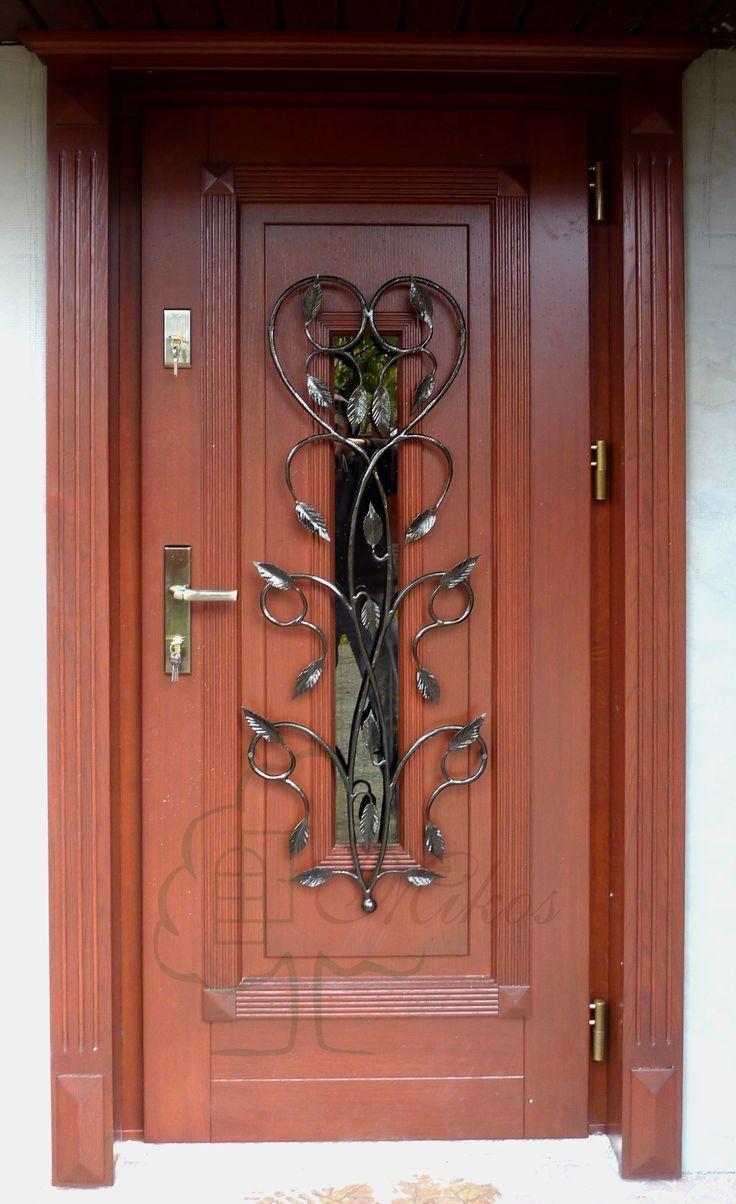 Drzwi drewniane zewnętrzne z elementem kutym