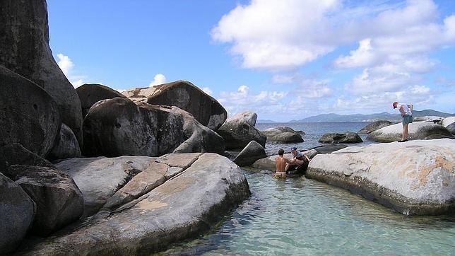 Los Baños de la isla de Virgen Gorda merecen una consideración especial. Están en el extremo sur de la isla y, en su conjunto, es una colección de rocas gigantescas que forman espectaculares piscinas naturales y grutas que se inundan con la marea alta. Esas rocas forman un laberinto que nos conduce a algunas playas extraordinarias, como la de Bahía del Diablo. Los yates de recreo suelen atracar en Los Baños, y sus ocupantes bucean entre estos enormes pedruscos o bien descansan o juegan en…