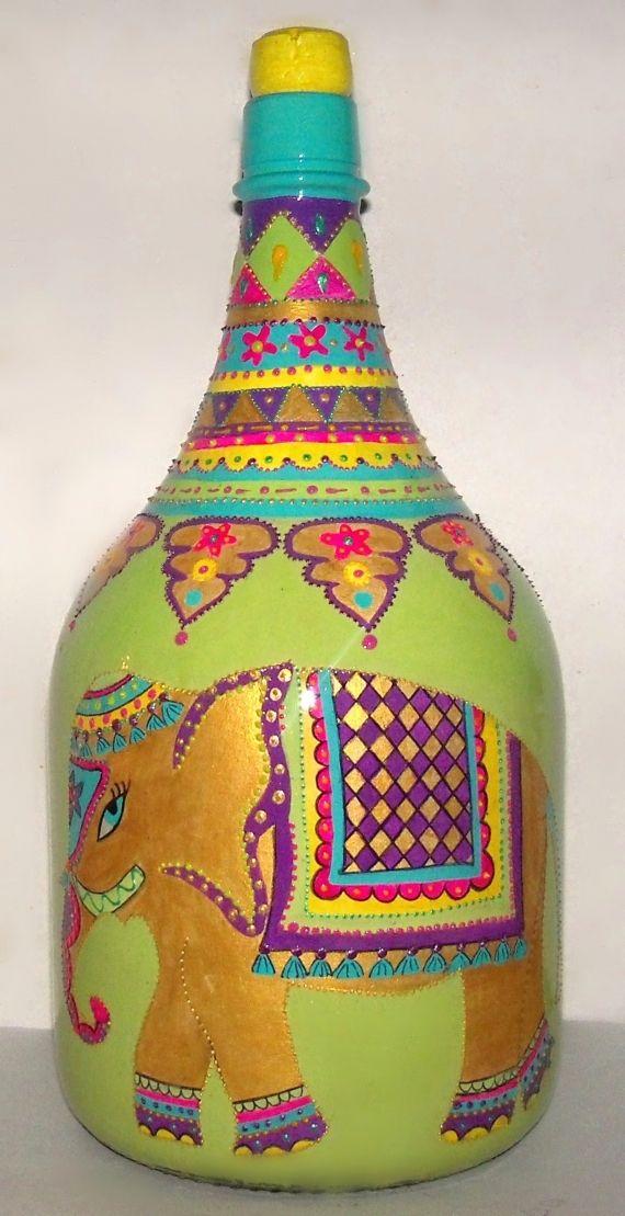 damajuana de 3 litros, pintada a mano con elefante estilo hindu, mucho color y relieve.