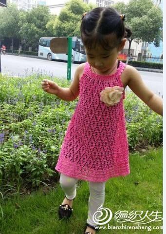 Abito da bimba molto carino lavorato all'uncinetto.    fonte:http://www.microsofttranslator.com/bv.aspx?from=&to=it&a=http%3A%2F%
