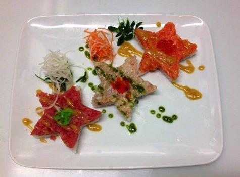 Illumina il Natale con le stelle di tartare. Tonno, branzino, salmone con tre salse speciali a base di miso, miele, senape, yuzu, timo e tartufo.