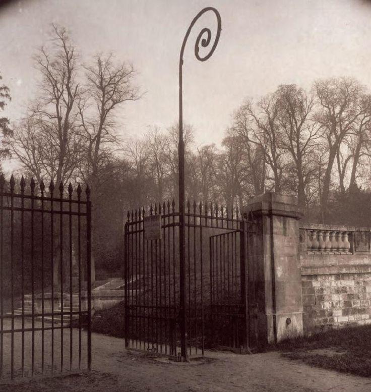 """Ces photos qui font revivre le Paris d'autrefois : une entrée du Parc de St-Cloud en 1924. Livre :"""" Paris passion"""" Eugène Atget (photos) Guillaume Le Gall (texte Ed. YellowKorner"""