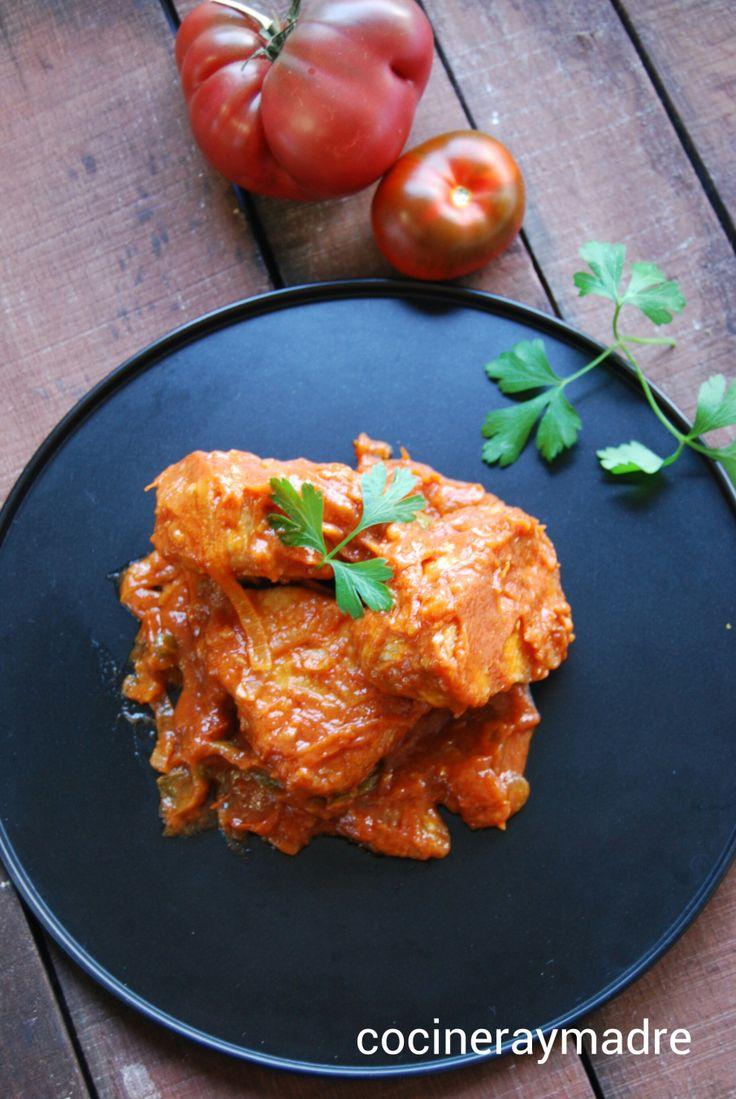Bonito con tomate http://cocineraymadre.com/2014/08/26/recetas-tradicionales-bonito-con-tomate/