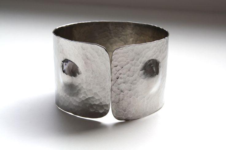 náramek tepaný číslo jedna Originální, výrazný náramek je tepaný a vyrobený z nerez oceli. Je lehoučký, elegantní a příjemný na nošení. Má průměr 6,5 cm a je široký 4 cm. Náramek je ozvláštněn dvěma vypouklými prvky. Nápaditý, osobitý a minimalistický... Po domluvě je samozřejmě možné udělat jakýkoli jiný průměr náramku.