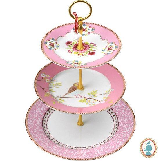 Em formato de pirâmide, esta peça complementa a decoração de sua recepção para você servir os doces ou pedaços de bolo gelado. Em porcelana na cor rosa com motivo floral e pássaro. Elegante, romântica e requintada, assim ficará sua decoração. #PratoDoce #Boleira #LojaSoulHome