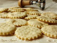 Questi crackers all'acqua sono buonissimi e fragranti e davvero molto semplici da fare. Perfetti come sostituti del pane o da servire ad un aperitivo.