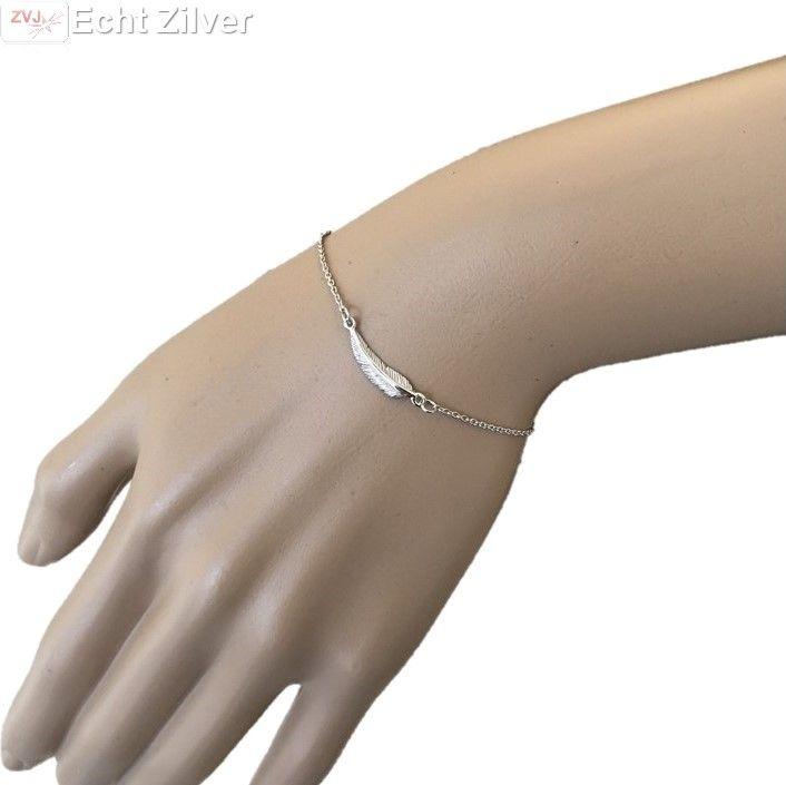 Trendy, hip fijn echt zilveren gerhodineerd armbandje met een veer. Het veertje staat ook symbool voor hemelse wijsheid
