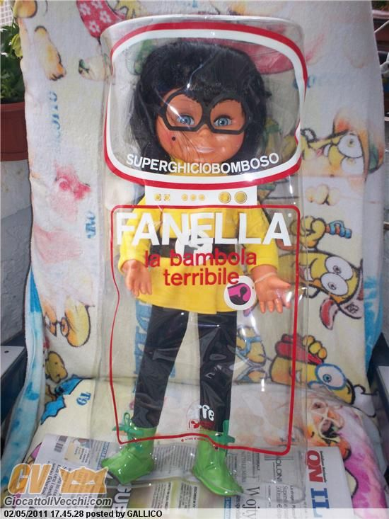 bambola Effe prodotta nel 1970. Parla mediante dei dischi intercambiabili. La voce registrata è quella di Evelina Sironi. Bambola dai lunghi capelli neri e occhialoni con un vistoso neo sulla guancia, lanciata in televisione da un programma condotto da Raffaele Pisu.