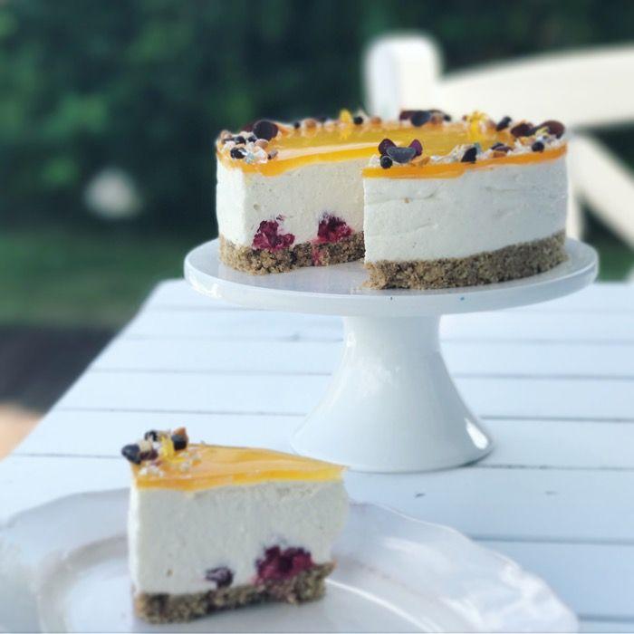 Lækker havtorn-cheesecake med friske hindbær i midten og havtorngelé på toppen - en lækker og sensommerlig cheesecake, som skaber glæde på kaffebordet.