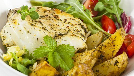 Dorsz bałtycki z pieczonymi ziemniakami i zieloną sałatą (Cod with baked potatoes and green salad). Posiłek idealny :3 Sprawdź przepis:   #healthyfood #food #healthy #healthycooking #econdimenta