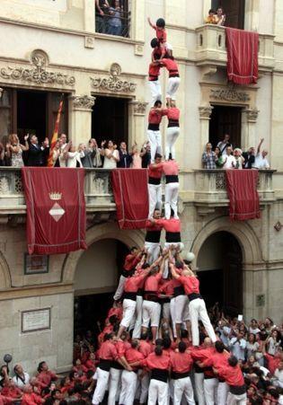 Dos de nou amb folre i manilles, carregat per la Vella de Valls en la diada de Sant Joan. ACN
