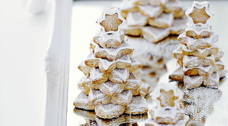 Deze koekjes smaken heerlijk en zijn oogverblindend mooi. En de héle keuken ruikt lekker als je ze zelf maakt. Dubbel feest! Benodigdheden voor koekjes-kerstbomen: (± 35 koekjes voor 4-5 boompjes) 250 g zachte boter 200 g suiker 2 el vanillesuiker 1 snuf zout 2 eieren 250 g gemalen amandelen beetje bloem voor het glazuur 1…