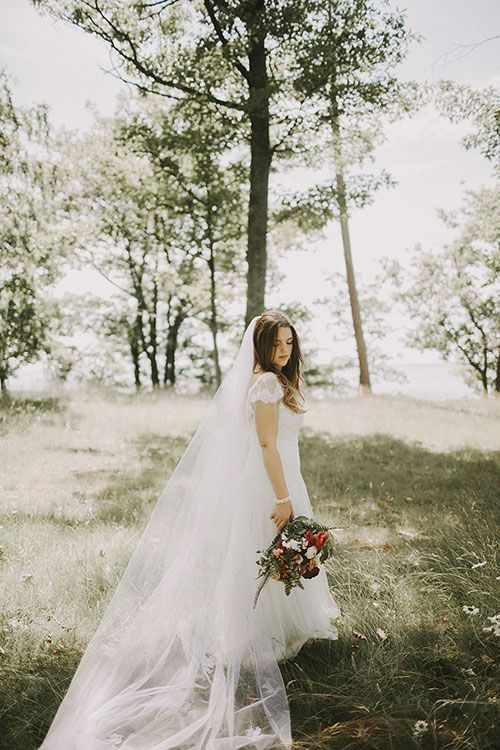 Tendance Robe du mariée 2017/2018  Vintage-Chic Farm Wedding in Michigan Bride in Flowing Sarah Janks Gown with La  Tendance Robe du mariée 2017/2018 Description Vintage-Chic Farm Wedding in Michigan Bride in Flowing Sarah Janks Gown with Lace Cap Sleeves | Brides.com
