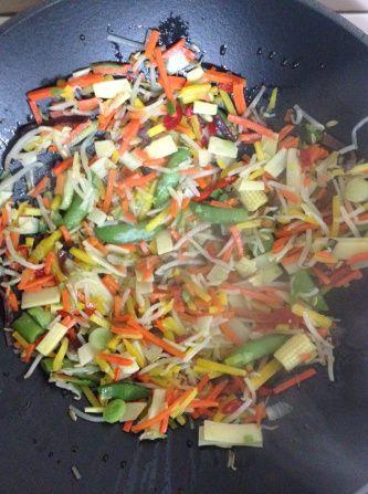 prajim legumele la wok