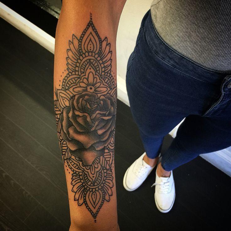 Ceci mais avec plus de détails et un tournesol au milieu   – Tattoo-Ideen