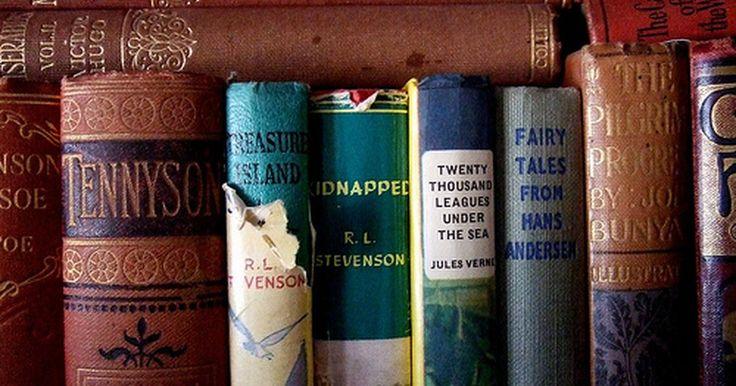 Definición de crítica literaria. La crítica literaria es simplemente el intento de explicar un trabajo literario. Una crítica literaria es la que explica o interpreta el trabajo literario: su significado, producción, estética y valor histórico.