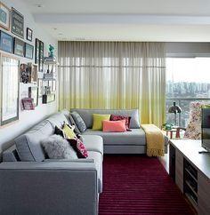 A arquiteta Helena Kallas escolheu se mudar para um apê menor, entenda o porquê! Com decoração retrô-atual, os ambientes são integrados e os móveis, planejados