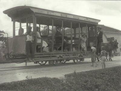 Flagrante de um bonde da Empresa de Bondes de Sant'Anna, última linha a tração animal da cidade, cujos carros circularam até 1907.