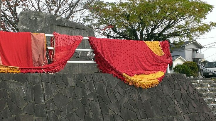 Drying the trunks of chinesque lion dance. The festival that those lions appeared was last weekend. 中華獅子舞の胴体部分の虫干し。お祭りは先週末だった。