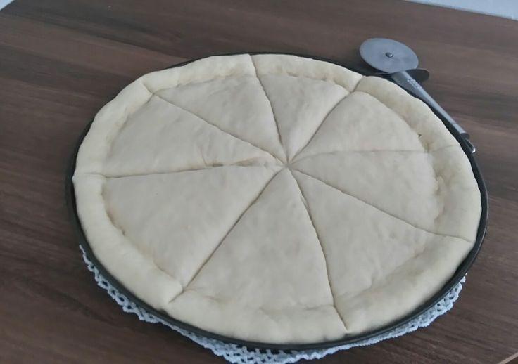 """Dziś mam dla Was propozycję na wyśmienite ciasto na pizzę. Przepis pochodzi z książki """" Kuchnia włoska """" Laury Zavan. Zazwyczaj robię pizzę na dużej, prostokątnej blasze i raczej na cie…"""