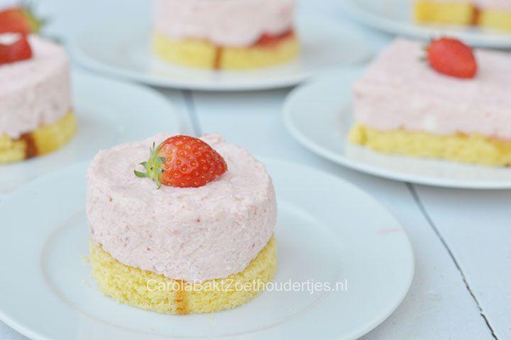 Zoet knutselen met de kinderen? Met dit recept van snelle aardbeientaartjes met kant en klare cake, Saroma, mascarpone en aardbeien is het zo gemaakt.