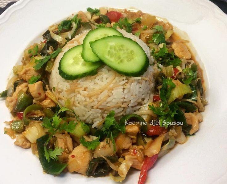 Rijst met kip en groente in zoetzuur sausje. Ik heb voor dit recept Pilav rijst gemaakt, omdat ik dat qua smaak en structuur heel lekker vind. Je kan ook gewoon witte rijst gebruiken.
